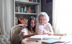 Oma en kleindochter met smartphone
